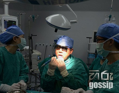 Doctor does his own surgery by himself
