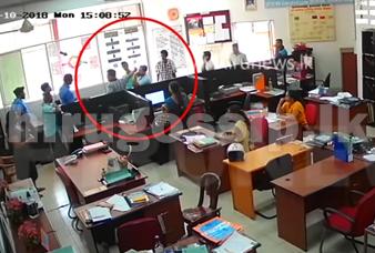 එජාප ආසන සංවිධායකවරයෙක් ප්රාදේශිය සභාවට ඇවිත් රජයේ සේවකයන්ට දාපු පාට් එක CCTV කැමරාවේ සටහන් වෙයි  Video