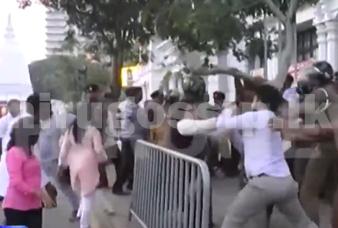 ශ්රේෂ්ඨාධිකරණ තීන්දුවෙන් පසු සතුට සැමරූ එජාපෙ ආධාරකරුවන් ලේක්හවුස් ඉදිරිපිටදී ගුටි ඇනගත් හැටි  Video - lakehouse fight