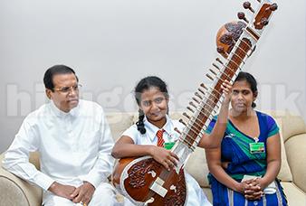 ප්රබෝධි ළහිරුණිගේ අහිංසක අපේක්ෂාව ඉටුකරමින් ජනපතිගෙන් සිතාරයක්   Photos - president maithripala sirisena give sitar to prabodhi story