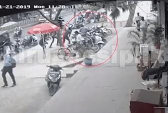 විද්යාලයක් ඉදිරිපිටදී අමානුෂිකව කපා කොටා සිදුකළ ඝාතනය CCTV කැමරාවේ සටහන් වෙයි  CCTV Video